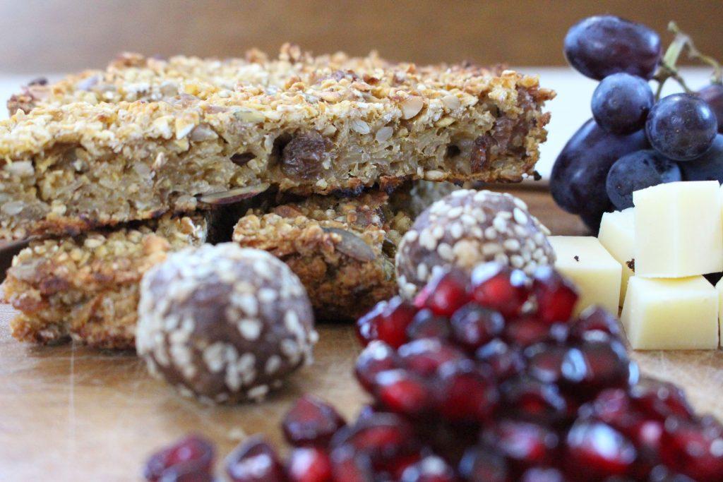 Gesunde Snacks: Müsliriegel, Bliss Balls und Obst
