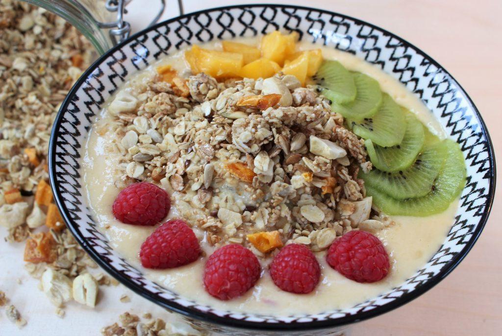 Smoothie Bowl mit Mango Granola und Früchten